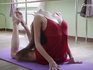 Russian ballerina Inessa Sabchak does the splits and shows off wet pussy
